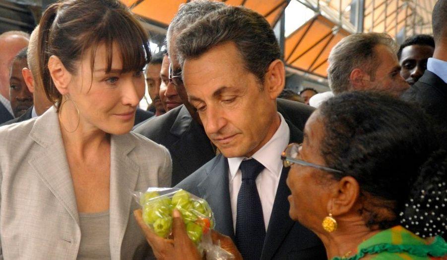 En visite en Martinique, le président français Nicolas Sarkozy et son épouse choisissent des fruits de saison sur un marché de Fort-de-France.