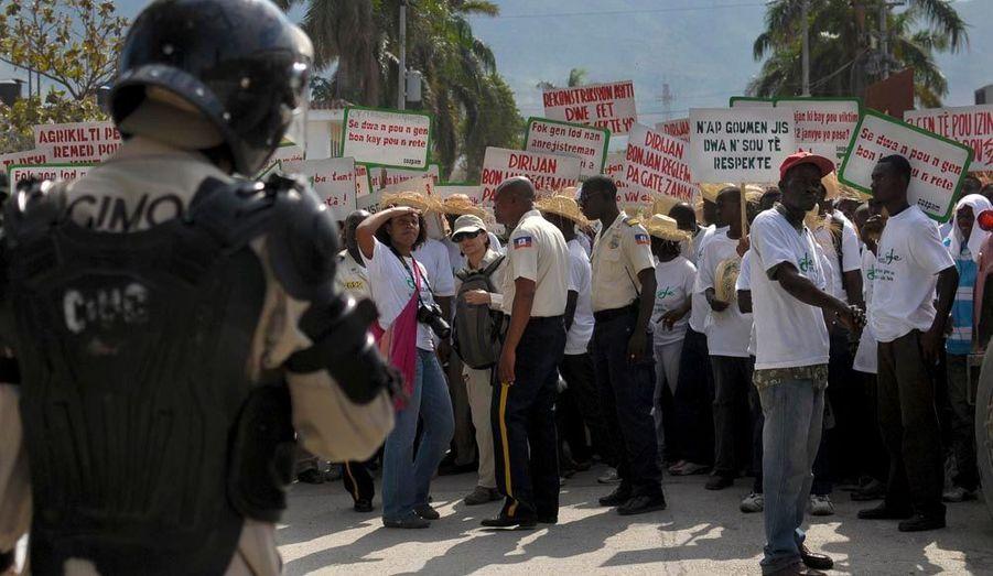 Haïti commémore ce jeudi le deuxième anniversaire du séisme dévastateur du 12 janvier 2010, qui a fait 300000 morts et ravagé le pays, toujours confronté aux défis de la reconstruction et du relogement. Aujourd'hui, les organisations estiment qu'un demi-million de personnes vivent toujours dans des camps insalubres de Port-au-Prince, c'est pourquoi les Haïtiens ont organisé des manifestations, afin de demander une accélération du processus.