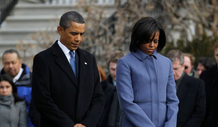 Lundi, une minute de silence a été observée, aux Etats-Unis, en mémoire des victimes de la fusillade qui a fait six morts et 14 blessés, dont une élue du Congrès grièvement atteinte, samedi à Tucson, en Arizona. Barack Obama et son épouse Michelle sont sortis par la porte sud de la Maison Blanche et ont effectué quelques pas, avant de s'immobiliser et de se recueillir, têtes baissées et visages fermés, alors que résonnait une cloche à trois reprises.