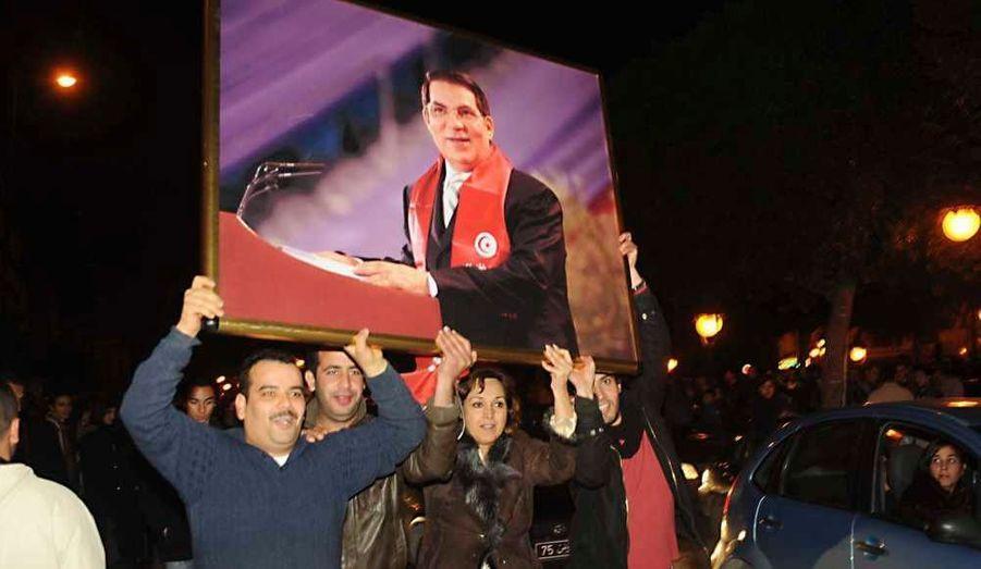 En réaction au mouvement de protestation inapaisable et sans précédent depuis qu'il est au pouvoir, le président tunisien Ben Ali a fait de nouvelles annonces, concernant des baisses de prix et les droits de l'Homme. Il a aussi promis qu'il ne se représenterait pas en 2014. Jour historique ou simple manipulation du pouvoir? Sur place, les réactions de Tunisiens se contredisent.