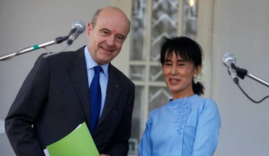 Le ministre français des Affaires étrangères Alain Juppé a rencontré dimanche Aung San Suu Kyi dans sa résidence à Rangoun. L'opposante birmane doit recevoir les insignes de commandeur de la Légion d'Honneur dans la soirée.