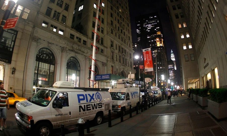Peu avant 16h00 locales (22 heures en France), Dominique Strauss-Kahn a quitté la prison de Rikers Island, pour rejoindre son appartement de Broadway, au niveau du numéro 71, à proximité de Wall Street et de Ground Zero.