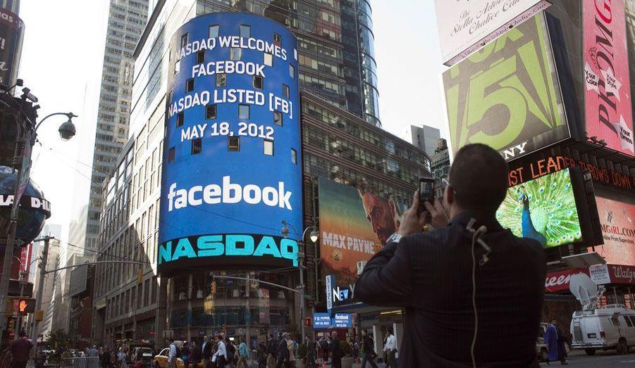 Facebook a fait son entrée en bourse aujourd'hui. Pour son premier jour, 421 millions d'actions ont été mises sur le marché. Leur prix a été fixé à 38 dollars pièce.