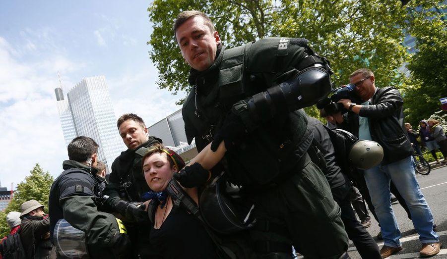 Cent cinquante personnes ont été interpellées ce jeudi à Francfort pour avoir bravé l'interdiction d'une manifestation contre les plans d'austérité mis en œuvre en Europe. Un millier de militants s'étaient rassemblés dans le centre de la capitale financière allemande, où se trouve le siège de la Banque centrale européenne, dans le cadre d'un mouvement qui doit s'étaler jusqu'à samedi.