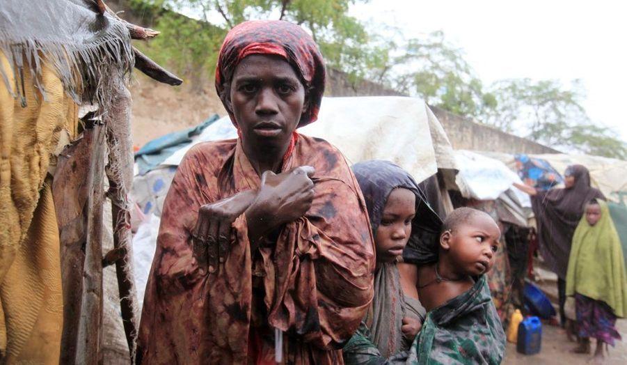 Une famille démunie après la destruction de leur abri de fortune par les fortes pluies dans le district de Hodan, au sud de la Somalie.