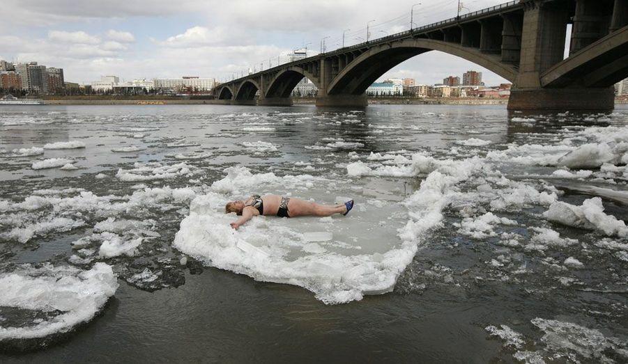 La rivière Yenisei, à Krasnoyarsk, en Sibérie, commence à dégeler. Pour les membres du club de nage d'hiver, c'est l'occasion d'aller piquer une tête.