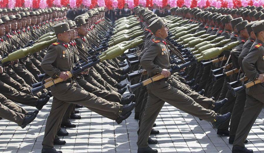 Des soldats effectuent une marche lors d'un défilé militaire célébrant le centenaire de la naissance du fondateur de la République populaire démocratique de Corée, Kim Il-sung. A cette occasion le nouveau numéro un, Kim Jong-Un, a livré son premier grand discours public.