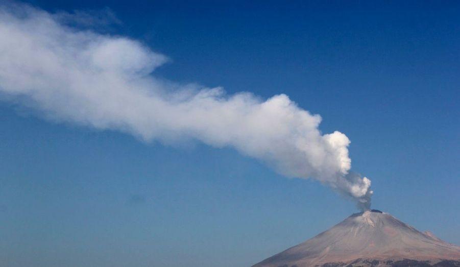 Le volcan Popocatepetl, situé à San Nicolas de los Ranchos, au Mexique, est entré en éruption. Suite à ce regain d'activité, les écoles situées dans les villes environnantes ont été évacuées. Les services d'urgenceet leséquipes d'évacuation sont prêts à intervenir.