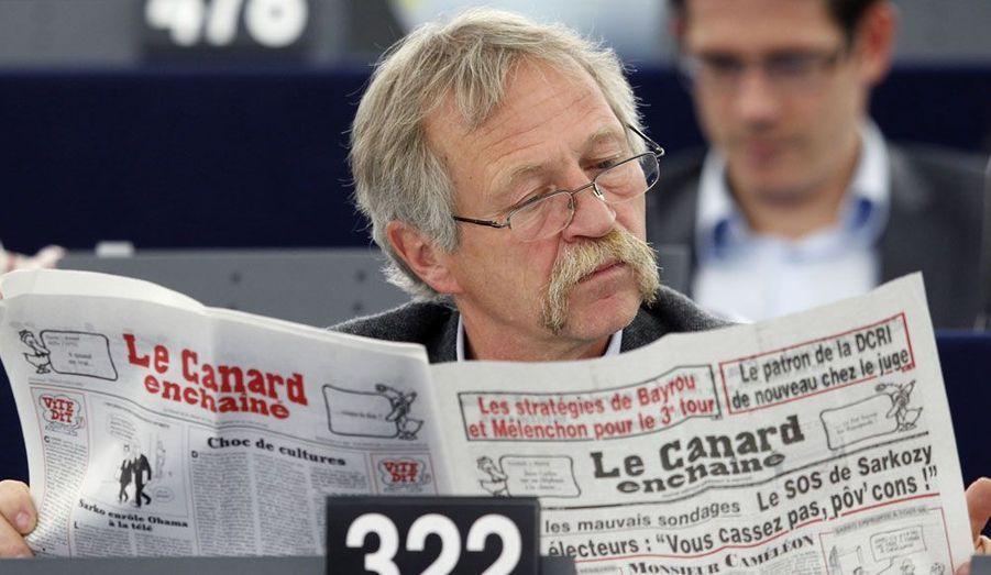 Installé au Parlement européen de Strasbourg, José Bové fait une pause au cours d'une session afin de lire son journal.