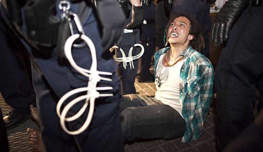 Un manifestant du mouvement «Occupy Wall Street» a été arrêté par la police. Plus tôt dans la journée, les autorités avaient obligé les protestataires à se déplacer. Environ dix personnes ont été interpellées.