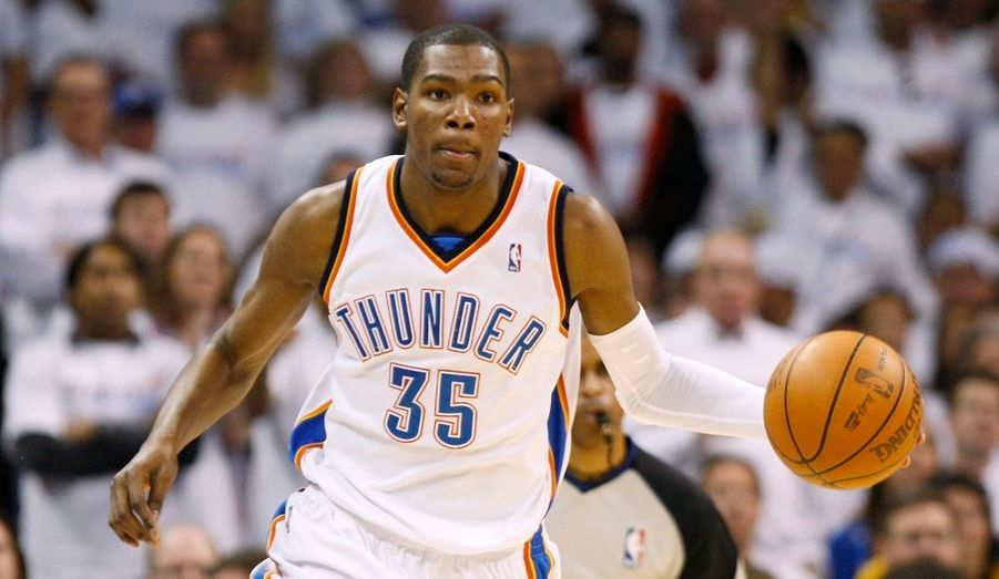 La série entre les Lakers et le Thunder est relancée. Faciles vainqueurs des deux premières rencontres disputées au Staples Center, les champions en titre ont en effet été incapables de confirmer dans l'antre du Thunder. Et après s'y être incliné une première fois, jeudi, les Lakers en ont même été quittes pour une correction, Oklahoma City l'emportant 110-89 pour égaliser à 2-2. Une fois encore, le tandem Kevin Durant-Russell Westbrook a fait l'essentiel du travail en signant 22 et 18 points, le jeune meneur ajoutant 8 passes et 6 rebonds. Mais leurs partenaires n'ont pas été en reste à l'image de Jeff Green, 15 points-9 rebonds, ou James Harden, 15 points. Coté Lakers, s'ils ont été six à terminer à plus de dix points, Pau Gasol et Kobe Bryant ont pêché en n'inscrivant que 13 et 12 points.