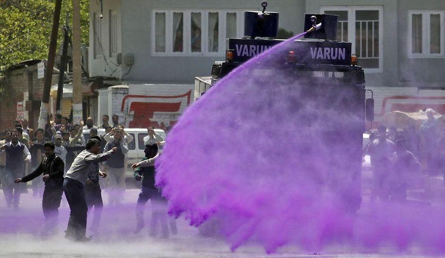 La police utilise des jets d'eau colorés à Srinagar, en Inde, pour disperser des fonctionnaires furieux de n'avoir pas reçu leurs arriérés de salaire.