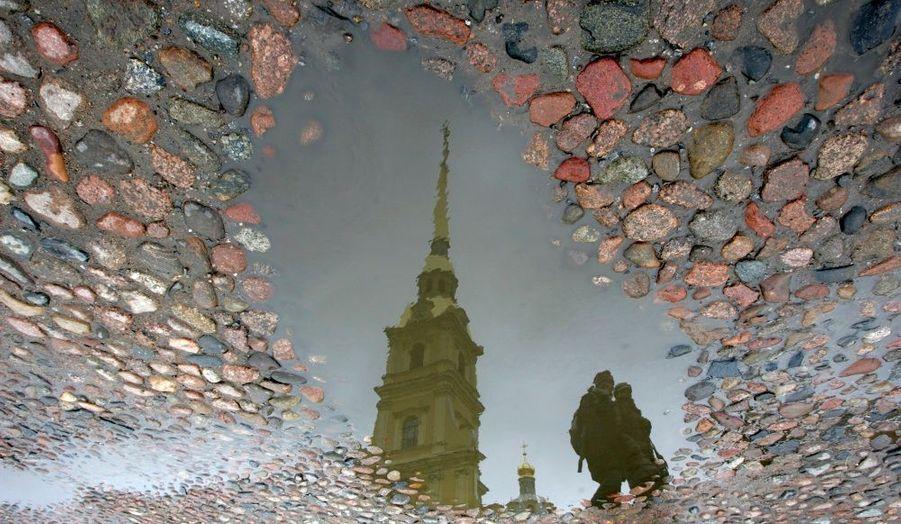 Des touristes se promènent devant la Cathédrale Pierre-et-Paul de Saint-Pétersbourg, en Russie.