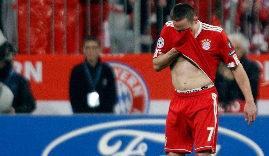 Franck Ribéry a perdu ses nerfs lors de la demi-finale aller de la Ligue des Champions entre le Bayern Munich et l'Olympique Lyonnais. Comme son idole Zinédine Zidane, il a été expulsé prématurément pour un mauvais geste sur Lisandro Lopez.