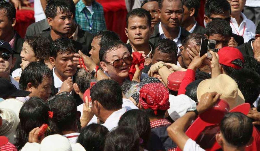 """L'ancien Premier ministre thaïlandais en exil Thaksin Shinawatra a rassemblé pas moins de 30.000 personnes aux temples d'Angkor, dans la province de Siem Reap, selon son gouverneur Bun Tharith. Il a assuré à ses partisans cambodgiens voir des """"signes de réconciliation"""" dans son pays où il espère rentrer bientôt."""