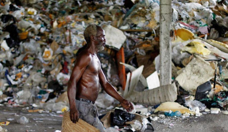 Un homme travaillant dans une décharge à Cerro Patacon, au Panama, la veille de la Journée internationale de la Terre-mère.