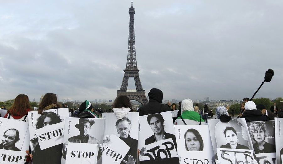A l'occasion du 66ème anniversaire de l'indépendance de la Syrie, environ 200 personnes ont participé mardi soir à l'évènement «Vague blanche pour la Syrie» sur le parvis du Trocadéro à Paris. Ils ont réclamé l'arrêt des massacres en Syrie.