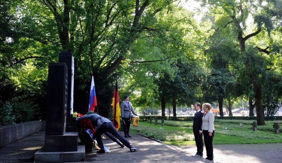 Le président russe Dmitri Medvedev et la chancelière allemande Angela Merkel se sont recueillis ensemble devant un monument à la mémoire des victimes de la Seconde guerre mondiale à Hannovre avant un sommet germano-russe.