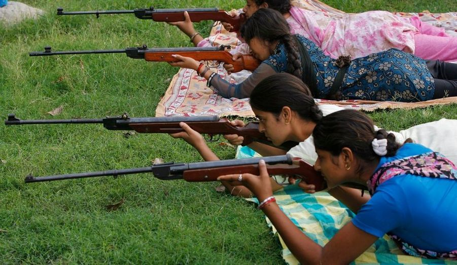 Des filles hindoues tirent avec des carabines à air comprimé pendant un cours de formation aux armes. La formation dure huit jours et est organisée par le Bajrang Dal, un groupe hindou. Cent cinquante filles participent au programme, qui les initie a l'autodéfense.