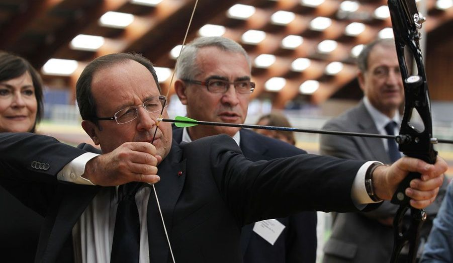 François Hollande s'essaie au tir à l'arc à Paris, dans les locaux où s'entraînent les membres de l'équipe olympique française.