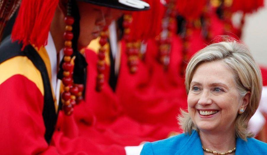 En visite à Séoul, Hillary Clinton s'est rendue hier sur la frontière, en zone démilitarisée, pour assurer son soutien au pays. La secrétaire d'Etat américaine a posé aux côtés d'habitants en costume traditionnel, avant de rejoindre Seongnam.
