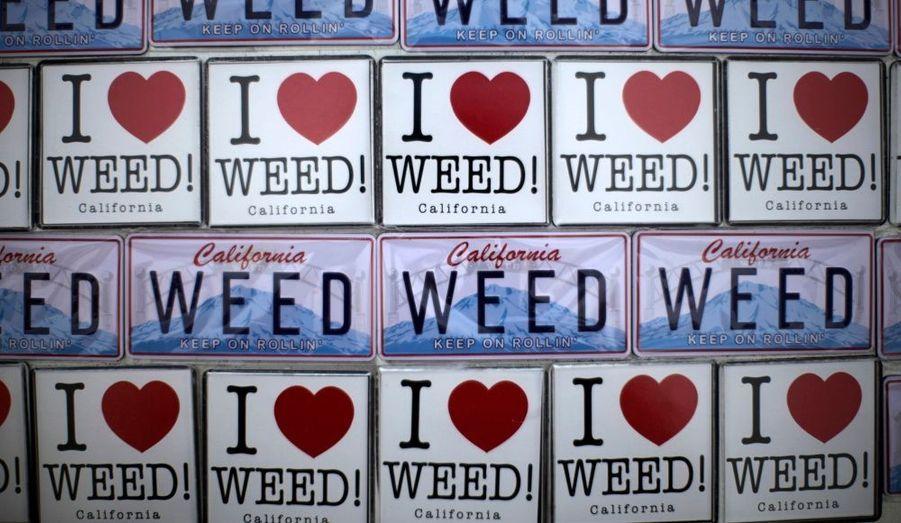 Des aimants pour réfrigérateur sont exposés à la vente à l'extérieur d'un dispensaire médical de la marijuana à Venice Beach à Los Angeles, en Californie.