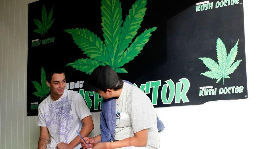 A Venice Beach, Los Angeles, une petite clinique soigne les patients avec des produits à base de cannabis.