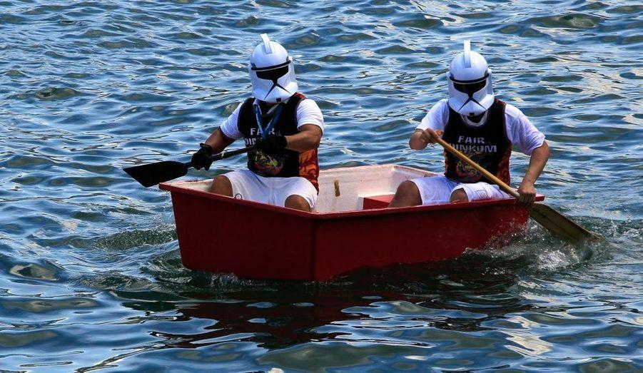Des participants déguisés en Stormtroopers, personnages de Star Wars, naviguent pendant une course de divertissement lors de la fête traditionnelle des Bateaux-Dragons à Hong Kong.