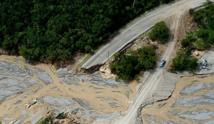 Un pont enjambant la rivière Blanco, à Aramberri (Mexique), a été entièrement détruit après le passage de l'ouragan Alex.