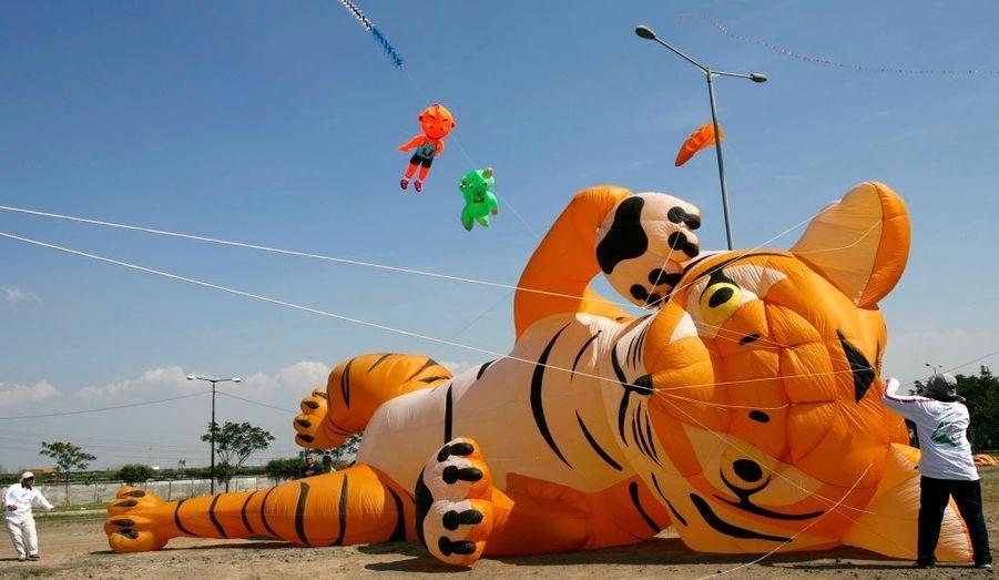Des Malaisiens se préparent à faire voler leurs cerfs-volants au cours du festival international du cerf-volant à Jakarta (Indonésie), qui dure deux jours. Les participants viennent de 15 provinces indonésiennes et de neuf pays (dont l'Australie, l'Allemagne, la Malaisie, Singapour, les Pays-Bas et au Japon).