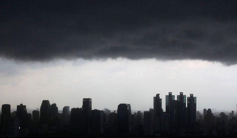 Un épais nuage recouvre la ville de Bangkok.