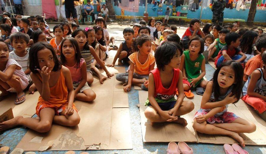 Des enfants sont pris en charge par une cellule psychologique de l'agence humanitaire World Vision, à Cagayan de Oro, après le typhon qui a frappé ce week-end l'archipel des Philippines.