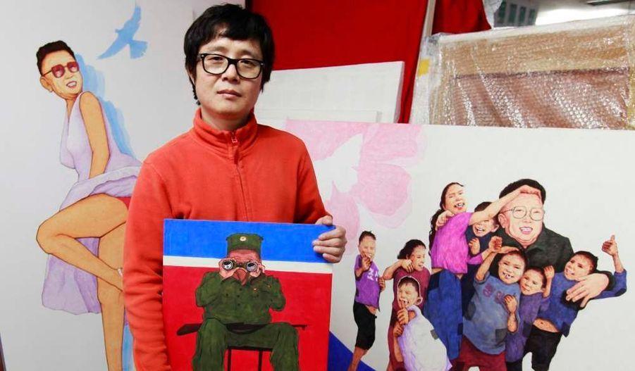 Transfuge nord-coréen, l'artiste Song Byeok pose devant ses oeuvres qui critiquent la propagande de l'ancien dictateur Kim Jong-il. Il exposera ses peintures en 2012 aux Etats-Unis.