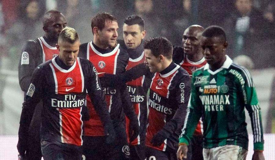 Le Paris Saint-Germain est champion d'automne. Profitant de la défaite de Montpellier à Evian-Thonon-Gaillard (2-4) un peu plus tôt, les Parisiens n'ont pas manqué l'occasion de s'emparer de la place de leader à mi-championnat ce mercredi soir en s'imposant à Saint-Etienne (1-0). Un but de Mathieu Bodmer à la 32e minute a suffi aux joueurs de la capitale qui comptent désormais trois points d'avance sur Montpellier au soir de la 19e journée de Ligue 1, mais aussi quatre sur Lille et cinq sur Lyon.