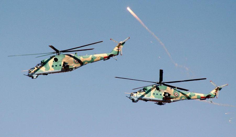 L'armée syrienne continue ses exercices à balles réelles, comme ici avec ces deux hélicoptères dont l'image est diffusée par l'agence officielle Sana. Dans le même temps, la répression continue dans le pays.