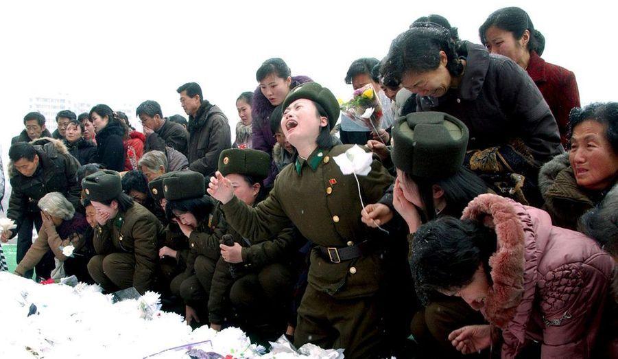 L'agence officielle nord-coréenne diffuse toujours ces photos impressionnantes de Nord-Coréens accablés de chagrin après la mort de Kim Jong-il.