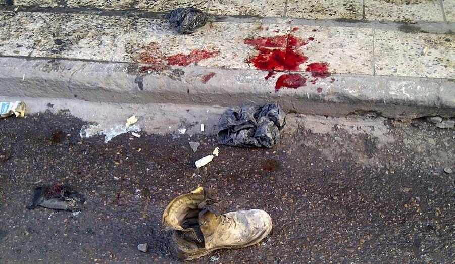 Une série d'explosions a frappé Bagdad jeudi, pour la première fois depuis le début de la crise entre le gouvernement dominé par les chiites et leurs rivaux sunnites, a-t-on appris de source policière. Deux bombes placées en bordure de route ont détoné dans le centre de la capitale irakienne, faisant au moins quatre morts et 14 blessés. Un attentat à la voiture piégée a également fait cinq blessés dans le quartier commerçant de Karrada.