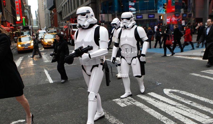 """Sur Times Square, des fans se sont déguisés mardi à l'occasion de la sortie mondiale du jeu """"Star Wars : The Old Republic"""", développé par Electronic Arts."""