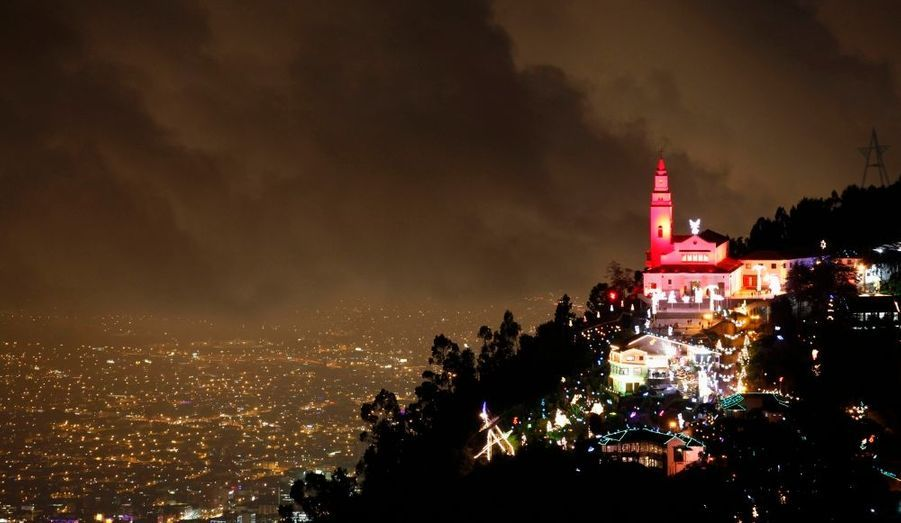 Illuminations de Noël à l'église Monserrate de Bogota, en Colombie.