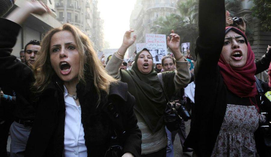 """Près de 2000 femmes ont manifesté mardi au Caire, pour protester contre les violences faites aux femmes, au lendemain du lynchage de la manifestante dont la vidéo a fait le tour du monde. Le même jour, le Conseil suprême des forces armées (CSFA), qui dirige l'Égypte depuis la chute, le 11 février, du président Hosni Moubarak, a exprimé ses """"profonds regrets pour les atteintes"""" aux femmes lors de heurts avec des manifestants au Caire. L'armée prendra """"toutes les mesures légales pour que les responsables de ces atteintes rendent des comptes"""", assure un communiqué publié sur le compte Facebook de l'armée."""