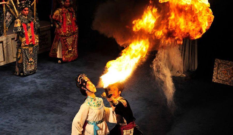 A Xi'an, dans la province du Shaanxi, en Chine, des cracheurs de feu en costume traditionnel s'entraînent.