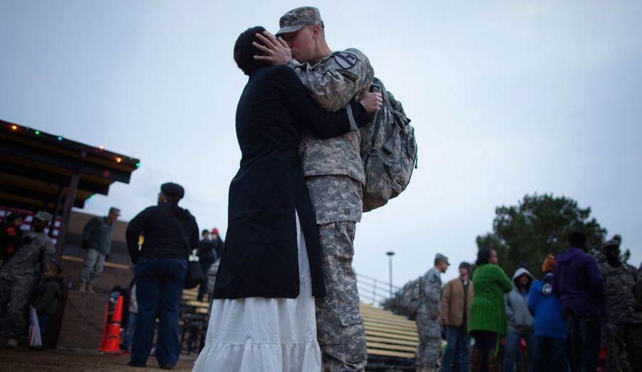Un soldat de la 3e Brigade, 1ere division de Cavalerie, embrasse un membre de sa famille lors de la cérémonie du retour à la maison, à Fort Hood, Texas. La 3e Brigade était la dernière unité de l'armée américaine en Irak.