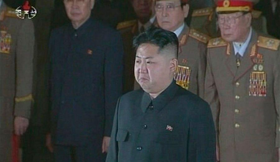 Kim Jong-un, fils et successeur de Kim Jong-il, s'est recueilli sur le corps de son père à Pyongyang.