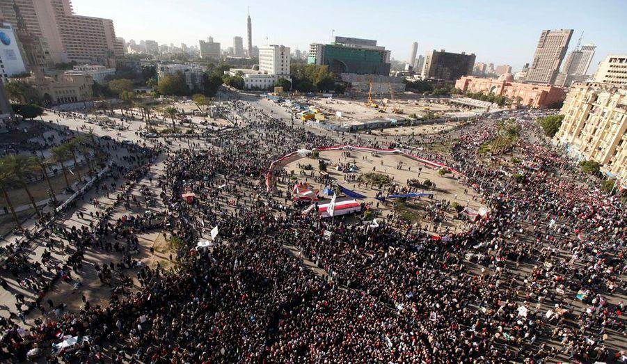 Des milliers d'Egyptiens ont manifesté vendredi sur la place Tahrir du Caire et dans d'autres villes pour crier leur colère contre les militaires au pouvoir, qu'ils tiennent responsables de la violente répression des rassemblements de ces derniers jours. Dix-sept personnes ont été tuées lors de ces récentes manifestations, entre vendredi et mardi derniers. Des hommes et des femmes ont été frappés alors qu'il se trouvaient à terre. Certains manifestants réclament que l'armée, qui dirige le pays depuis la chute d'Hosni Moubarak le 11 février, accélère le calendrier de la transition censée restituer le pouvoir aux civils.