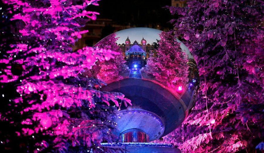 Le casino de Monte Carlo, dans le reflet d'une boule de Noël d'un sapin à Monaco.