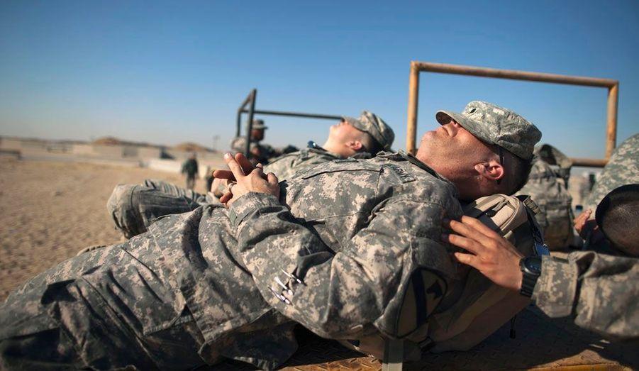 Des soldats américains se reposent dans une base militaire au Koweït, en attendant de rentrer chez eux, après que les forces américaines ont quitté définitivement l'Irak.