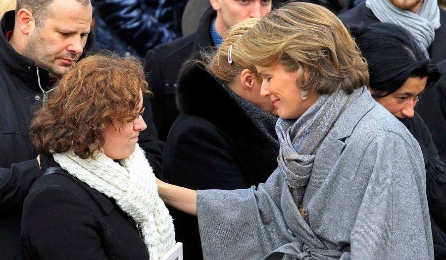 La princesse Mathilde, consolant la mère du petit Gabriel, lors d'un service commémoratif en hommage aux victimes de la tuerie de Liège, qui a fait cinq victimes mardi dernier.