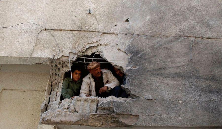 A Sanaa, au Yémen, les affrontements entre rebelles et forces gouvernementales ont causé des dégâts, comme sur cette maison frappée par un obus.