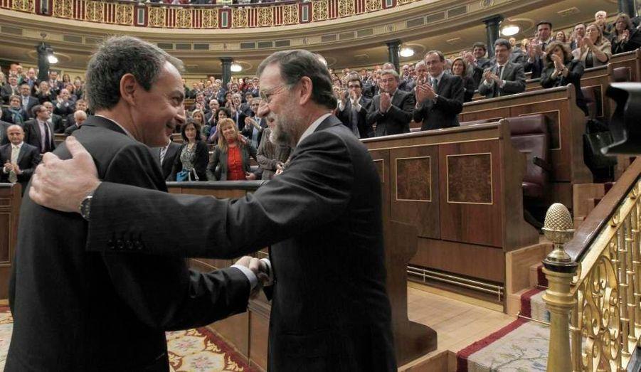 Mariano Rajoy serre la main de José Luiz Zapatero. Le nouveau chef du gouvernement espagnol a prêté serment mercredi devant le roi Juan Carlos.