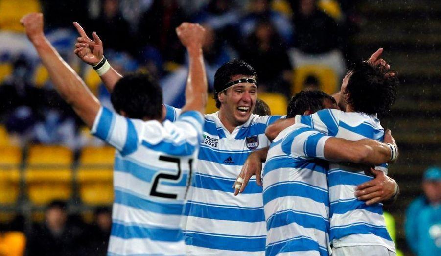 Dimanche, dans le cadre de la troisième journée de la Poule B, l'Argentine a remporté (13-12) le choc qui l'opposait à l'Ecosse. Véritable huitième de finale, cette rencontre a tourné à l'avantage des Pumas sur la fin, Amorosino inscrivant l'unique essai du match à la 73e minute. Parks, demi de mêlée écossais, a manqué la balle de match sur un drop à l'ultime minute. Ce précieux succès permet aux Argentins de s'emparer de la deuxième place du groupe, derrière l'Angleterre. L'Ecosse, pour sa part, est désormais quasiment éliminée de la Coupe du monde, ce serait donc la première fois que le XV du chardon ne sort pas des poules.
